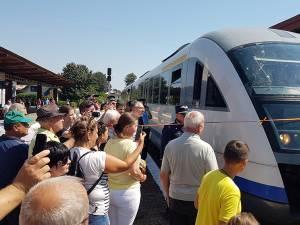 Pe traseu, trenul a fost întâmpinat cu mult entuziasm