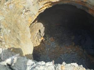 Sterilul a ajuns în apa unui pârâu după producerea unei pâlnii de prăbușire pe plaja iazului de la Tărnicioara