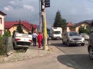 Mașina răsturnată în urma accidentului