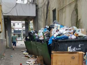Culoar de trecere de la bulevardul George Enescu spre blocuri, blocat adeseori de mormanele de gunoi revărsate din buncăre