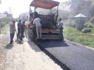 Primul strat de asfalt turnat pe strada Mihail Sadoveanu