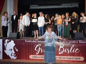 """Trupa """"Difainii"""", câștigătoarea trofeului celei de-a VIII-a ediţii a Festivalului Internaţional de Teatru pentru Tineret """"Gr. V. Birlic"""", și Cezara Dafinescu"""
