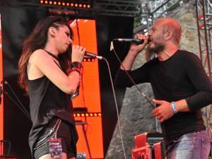 Laura Mihăilă și Mihnea Blidariu, într-un dialog muzical din timpul concertului trupei Gray Matters