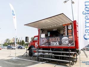 """La eveniment sunt și două food truck-uri tematice - Say Cheese şi """"Burger Truck"""""""