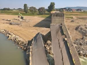 Porțiunea de pod care a fost aruncată în aer