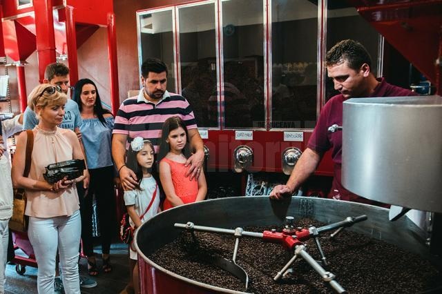 Cei interesaţi pot asista la procesul de prăjire şi preparare a cafelei