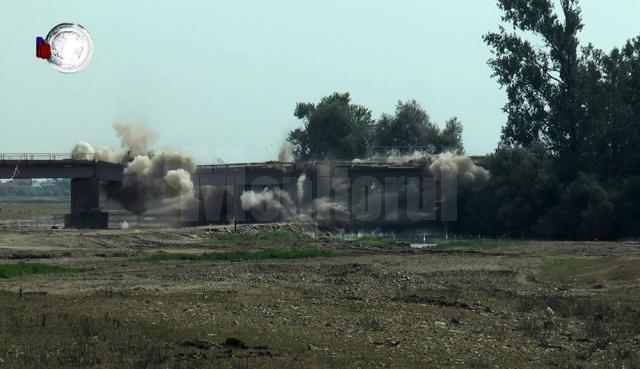Partea de pod avariată a fost aruncată în aer