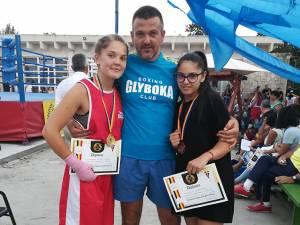 Antrenorul Andu Vornicu alături de sportivele sale medaliate, Maria Polonic și Romina Iosub