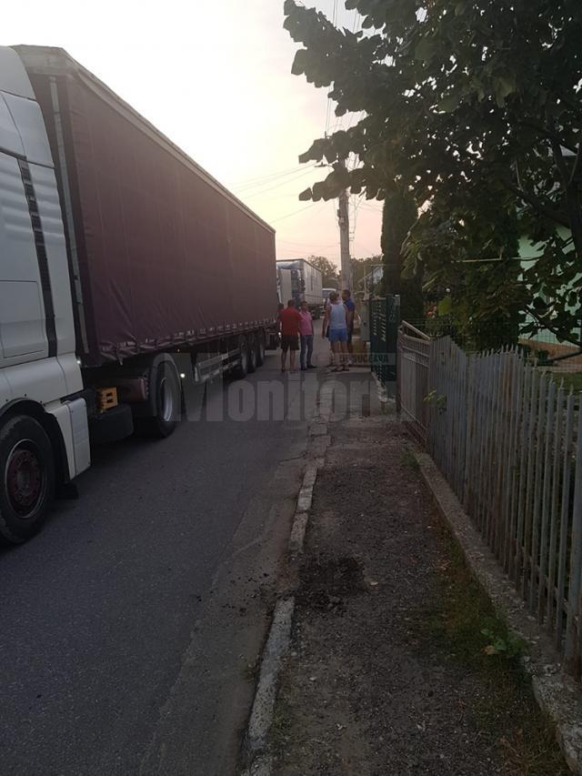 Locuitorii unei străzi din Ițcani, terorizați de traficul greu