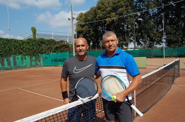 Viorel Negru (dreapta) s-a calificat în semifinale la Elita +40 după victoria din meciul cu Cezar Ioja