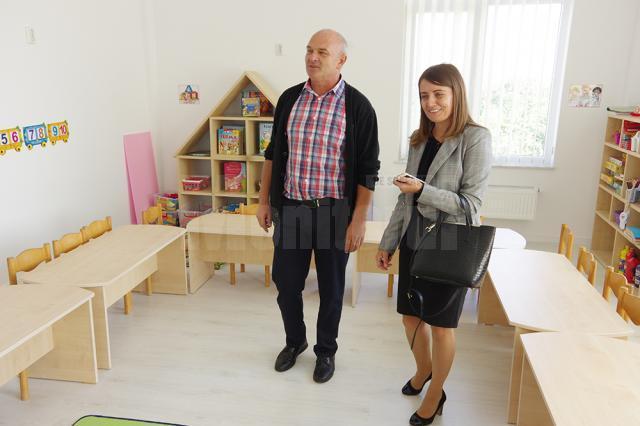Primarul de Ipotești, Sorin Tofan, și directoarea școlii gimnaziale, Loredana Corjuc