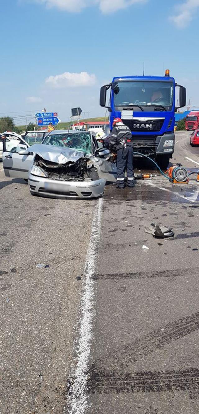 Accidentul s-a produs ieri, în jurul orei 12,15, la Vadu Moldovei, la intersecţia E85 cu drumul naţional care vine dinspre Târgu Neamţ