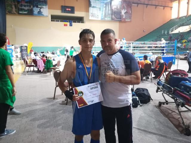 Noul campion naţional de juniori alături de antrenorul său