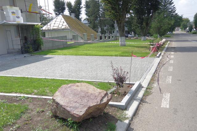 Cu roci decorative, arbuşti ornamentali și bandă de delimitare, Augustin Chidoveț încearcă să împiedice parcarea maşinilor și căruțelor lângă gardul casei sale
