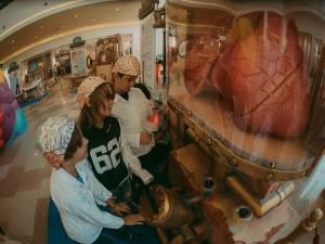 """Copiii pot face experimente, """"operații chirurgicale"""" și pot descoperi curiozități despre corpul uman"""