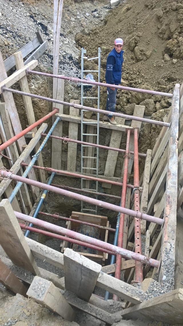 Constructorii lucrează la remedierea avariei la conducte