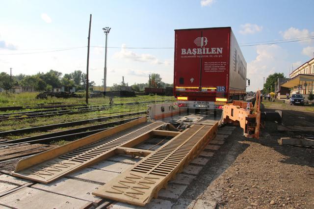 O astfel de rampă de încărcare a camioanelor pe tren va fi pusă în funcţiune în Gara Siret