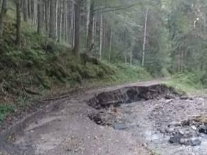 Drumul de acces a fost distrus de pârâul Cununschi