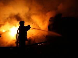 Casă mistuită de flăcări, într-un incendiu izbucnit de la un coș de fum neizolat