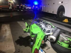 Accidentul în care două persoane care mergeau pe o motocicletă Kawasaki au ajuns sub roţile unui autocar, suferind leziuni incompatibile cu viaţa
