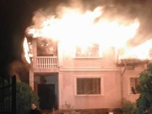 Acoperişul casei a fost cuprins de flăcări și distrus în timpul incendiului
