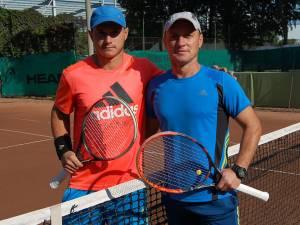 Bogdan Marasin (stânga) s-a calificat din nou în finala grupei Elita -40 de ani