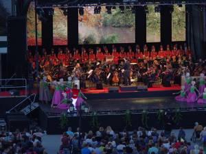 """Mii de suceveni au participat aseară, în centrul Sucevei, la spectacolul de gală """"Simfonii de toamnă"""", ediţia a VII-a"""