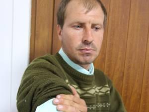 Adrian Catargiu povesteşte că în timpul agresiunii poliţiştilor, a fost lovit la coaste și la mână