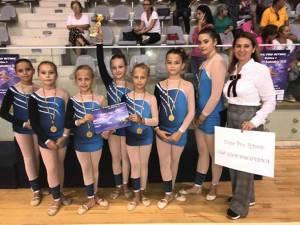 Profesoara Loredana Elena Popovici alături de elevii premianţi