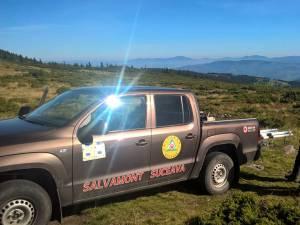 Maşina de teren din dotarea Salvamont s-a oprit din cauza terenului accidentat, mai departe se merge la pas