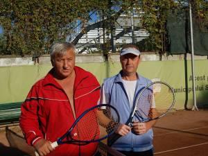 Liviu Bolohan (dreapta) a câştigat finala cu Vasile Apopei la Secundara +40 de ani