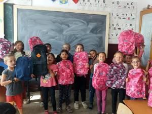 Bucuria copiilor din Bahna la primirea ghiozdanelor