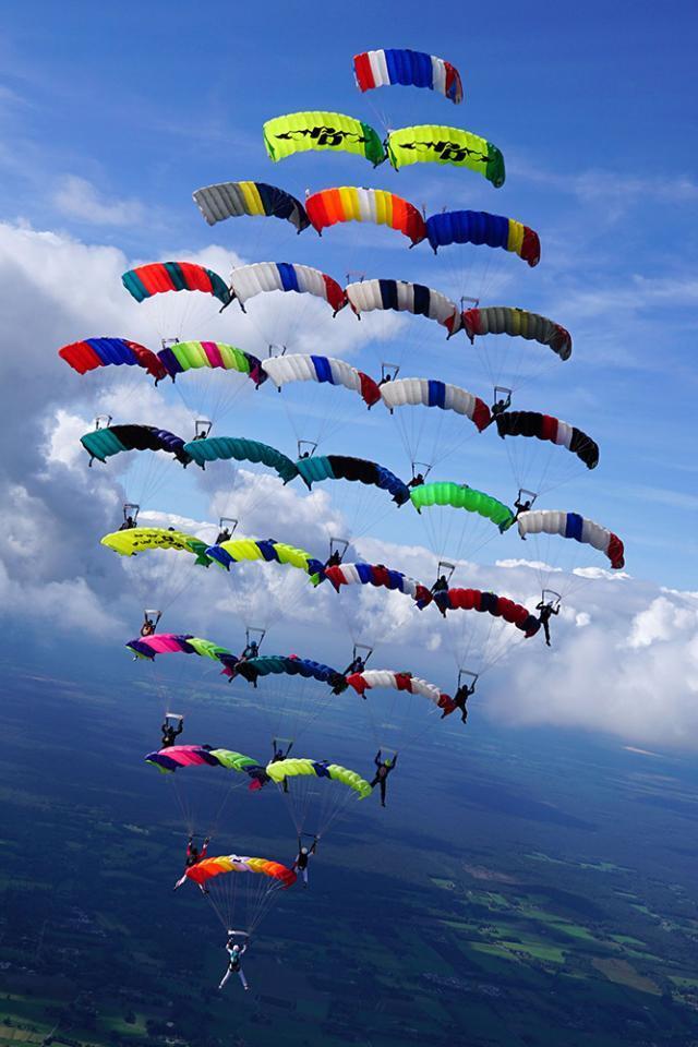 Formaţie de 30 de paraşute - record european - Foto: Maurice Kostros