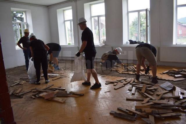 Corpul C al şcolii moldoviţene a fost complet renovat prin muncă voluntară de către corporatişti
