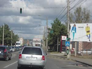 De la semafor la dreapta se intră pe strada care va duce spre pod