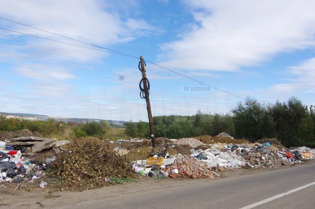 O imensă groapă de gunoi a răsărit la ieşirea din Şcheia spre Mihoveni