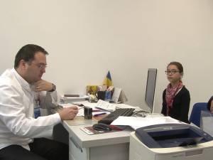 Maria și bunica ei, Nicoleta, în cabinetul doctorului Claudiu Cobuz