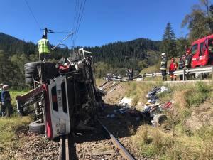 Șoferul a fost încarcerat, dar a ieşit cu ajutorul unui pompier, și a scăpat fără leziuni grave