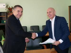 """Adrian Popoiu (stânga) a semnat contractul de finanațare pentru un proiect de care va beneficia Colegiul """"Lațcu Vodă"""" din Siret"""