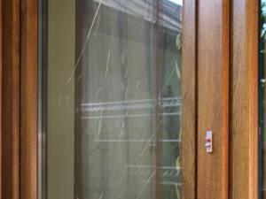Hoţii au forţat două geamuri cu un levier