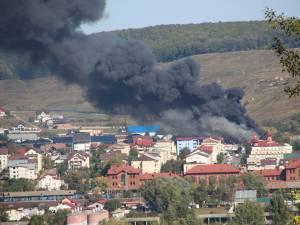 Flăcările şi fumul dens puteau fi văzute de la kilometri distanţă