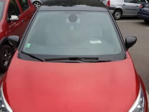 Mașini înmatriculate în alte județe, dar și ale unor firme, au afişate legitimații de parcare gratuită