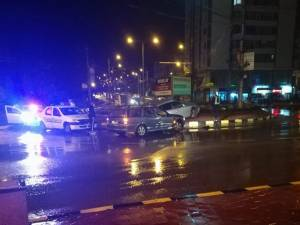 Două maşini s-au ciocnit, miercuri noapte, în sensul giratoriu de pe bulevardul principal al Sucevei