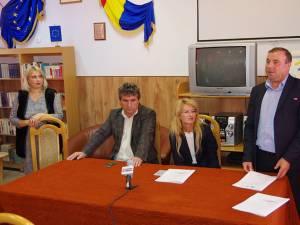 Primarul oraşului Liteni, Tomiță Onisii, (dreapta) a anunţat că de acest proiect vor beneficia Liceul Tehnologic și Școala Gimnazială Rotunda