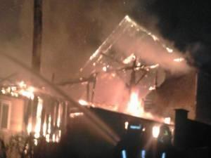 Focul a fost pus în depozitul de furaje, în plan îndepărtat, și s-a extins și la casă