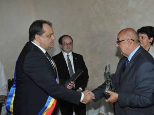 Primarul polonez îi înmânează omologului său român însemnele titlului de Cetăţean de Onoare