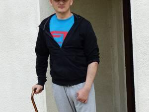 Poliţistul Dan Ciprian Sfichi a fost preluat de un elicopter şi transportat la Spitalul Militar din Bucureşti, unde urmează să fie operat