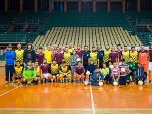 Echipierii formaţiilor Ceahlăul şi Pro Academy, alături de copiii de la căminul Sancta Maria. Foto frf.ro