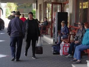 Călătorii aşteaptă în autogară să afle dacă au cu ce circula