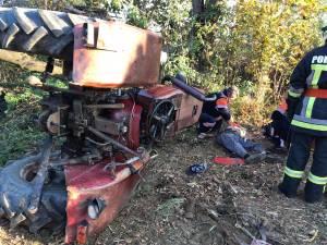Bătrân mort sub tractorul care s-a răsturnat peste el